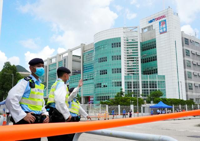 停刊が決まったリンゴ日報の本社。17日には国安法違反容疑で警察による大規模な捜査を受けた=17日、香港、奥寺淳撮影