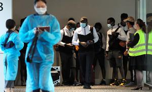 東京五輪に出場するため成田空港に到着したウガンダの選手団=2021年6月19日午後6時9分、林敏行撮影