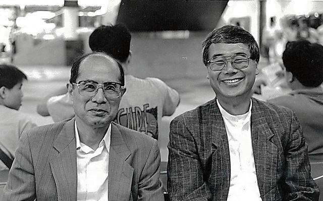 旅の文化研究所の初代所長・宮田登さん(左)と。研究主幹として支えた=1994年、台湾、本人提供