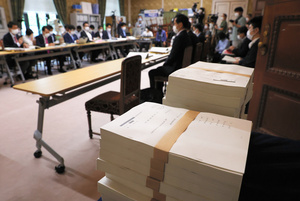 野党合同「森友問題再検証チーム」のヒアリングでは、赤木ファイルのコピー(手前)が用意された=2021年6月24日午後2時24分、国会内、上田幸一撮影