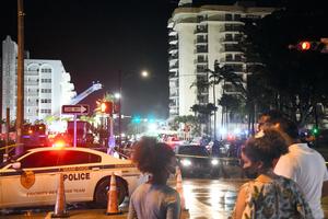 コンドミニアムが崩落した現場では、近隣住民が救出活動を見守っていた=2021年6月24日午後11時、米フロリダ州サーフサイド、藤原学思撮影