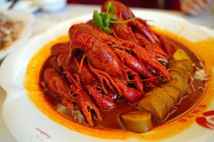 老舗「蝦神龍蝦」のスパイスがきいた「十三香」味のザリガニ料理=2021年7月5日、江蘇省、井上亮撮影