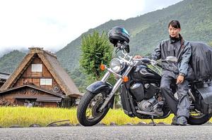岐阜・白川郷での1枚。バイクにキャンプ道具を積み、各地を巡った=2019年9月24日午後3時59分、小西珠美さん提供