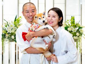 愛犬「おまめ」を抱く山名文和さん(左)と宇都宮まきさん=ラフ&ピースニュースマガジン提供