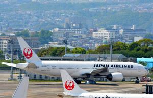 JALのボーイング777―200(奥)=大阪(伊丹)空港