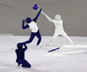 東京五輪の開会式では、パントマイムでピクトグラムが表現された=2021年7月23日午後11時25分、国立競技場、内田光撮影