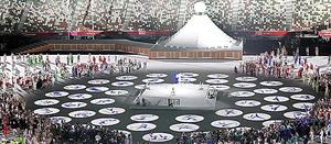 東京五輪の開会式でフィールドに各競技のピクトグラムが投影された=23日、国立競技場、林敏行撮影