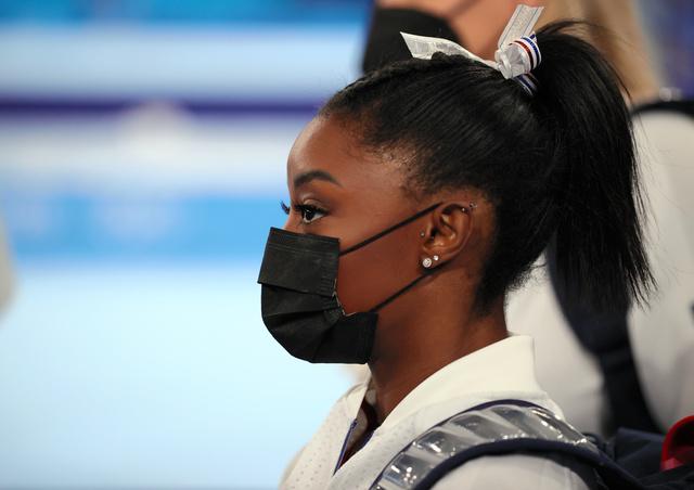 女子団体の演技を途中で回避した米国のシモーン・バイルス=2021年7月27日、有明体操競技場、細川卓撮影