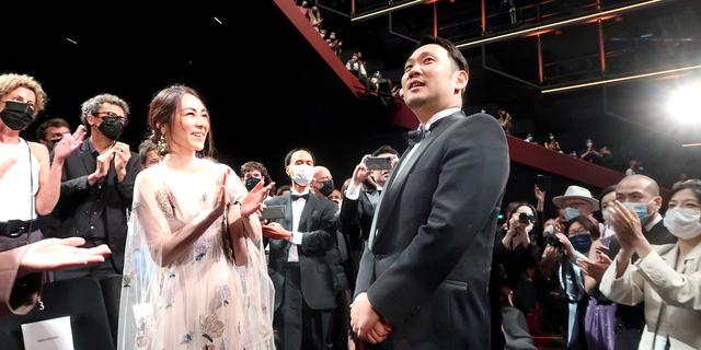 第74回カンヌ国際映画祭の長編コンペティション部門に出品した「ドライブ・マイ・カー」の公式上映後、鳴りやまない拍手に包まれる。左は出演した霧島れいかさん。日本では8月20日に公開予定=7月11日、フランス・カンヌ