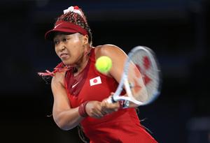 東京五輪女子シングルス3回戦でショットを放つ大坂なおみ選手=2021年7月27日、有明テニスの森公園