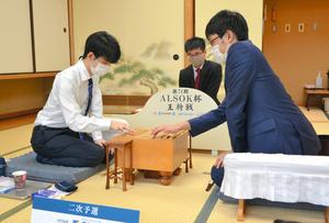 勝った藤井聡太二冠(左)と敗れた石田直裕五段(右)=2021年7月30日、東京都渋谷区、日本将棋連盟提供