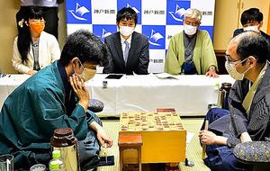 対局を振り返る木村一基(手前右)と藤井聡太(同左)。奥のスーツ姿が記録係の井田明宏=2020年8月5日、神戸市北区、日本将棋連盟提供