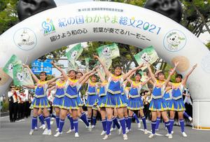 パレードのスタート地点で演技をする和歌山商業高校バトン部の生徒たち=2021年7月31日午後5時2分、和歌山市のけやき大通り、寺田実穂子撮影