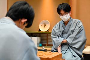 藤井聡太二冠(左)に勝った豊島将之叡王=2021年8月3日、甲府市、日本将棋連盟提供