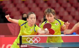 女子団体の準決勝の香港戦、第1試合ダブルスに臨む石川佳純(左)、平野美宇組=恵原弘太郎撮影