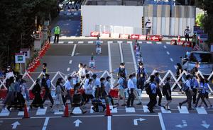 東京の新型ウイルス感染者数が過去最多となった4日夕、家路を急ぐ人たち。東京五輪の重量挙げ会場となっている東京国際フォーラムに隣接する通りは通行止めとなっている=2021年8月4日午後5時12分、東京都千代田区、西畑志朗撮影