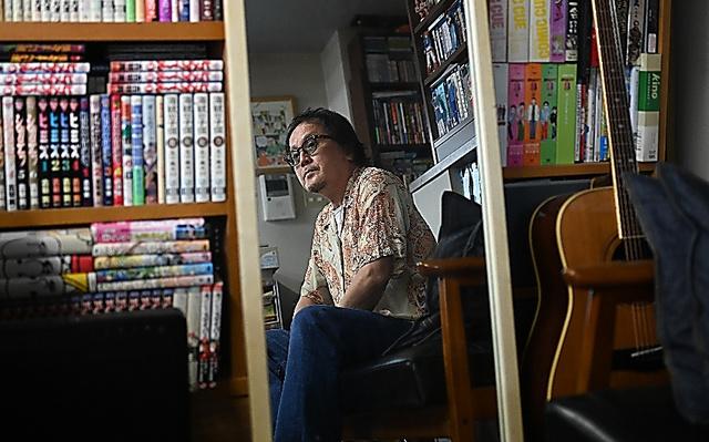 スタジオの姿見に映る江口寿史さん。マンガやイラストを描く時に使うという=諫山卓弥撮影