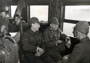 戦時中は巡業に加え、慰問での列車移動も多かった。車中で談笑する六代目尾上菊五郎 (手前4人がけの中央)と四代目市川男女蔵(のちの三代目市川左團次)ら=1944年4月
