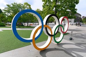国立競技場の近くに設置された五輪マーク=2021年6月3日午後3時35分、東京都新宿区