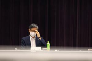 政府の新型コロナウイルス感染症に関する「基本的対処方針分科会」に臨む尾身茂会長=2021年8月5日午前、東京・永田町、遠藤啓生撮影