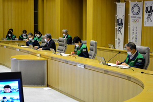 東京都モニタリング会議に臨む小池百合子知事(右から2人目)ら=2021年8月5日、都庁