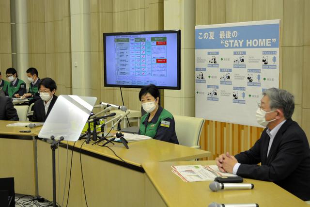 モニタリング会議後、取材に応じる小池百合子知事(中央)ら=2021年8月5日、都庁