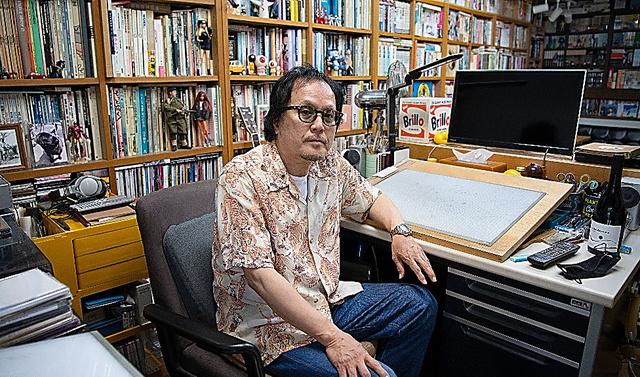 作業机の前に座る江口寿史さん=諫山卓弥撮影