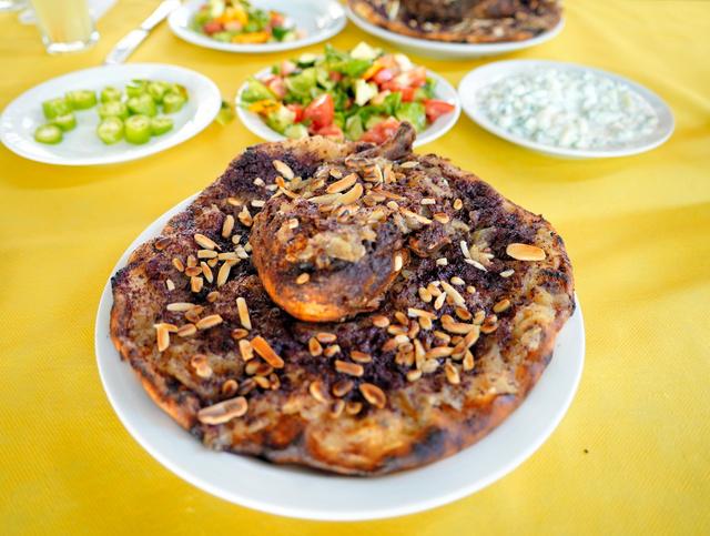 パレスチナ料理のムサッハン=2021年8月25日、パレスチナ自治区ヨルダン川西岸地区、清宮涼撮影