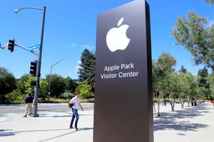 カリフォルニア州クパティーノ市の米アップル本社前にあるビジターセンターの看板=尾形聡彦撮影