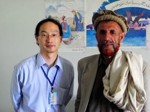 2008年6月、調査で訪れたアフガニスタン東部カピサ州で、現地住民と=東大作さん提供