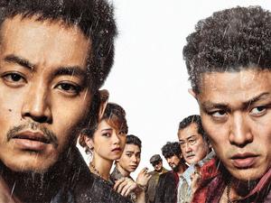 松坂桃李(左)と鈴木亮平。2人とも汚れ役だ(C)2021「孤狼の血 LEVEL2」製作委員会