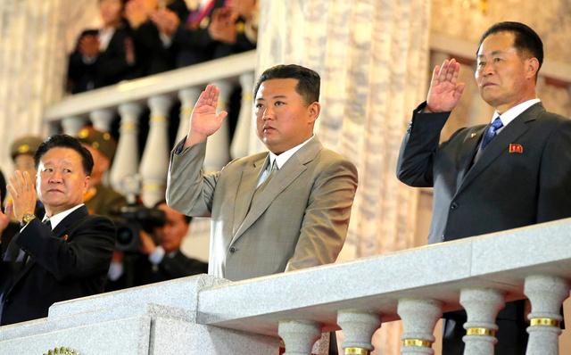平壌で9日、建国73年を記念して金日成広場で行われた閲兵式で、隊員と観衆に答礼する金正恩朝鮮労働党総書記(中央)。朝鮮中央通信が配信した=朝鮮通信