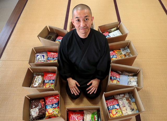 コロナ禍で「助けて」と訴えてきた母親たちに送る「おすそわけ」は連日20箱以上。子どもに人気のポテトチップスはなるべく入れる=奈良県田原本町の安養寺