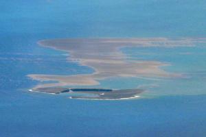 8月15日に撮影された福徳岡ノ場の新島。馬のひづめのような形をしており、噴出物が海上に流れ出ていた=海上保安庁提供