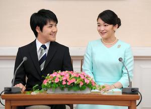 婚約が内定し、記者会見する眞子さまと小室圭さん=2017年9月3日午後3時7分、東京・元赤坂、代表撮影