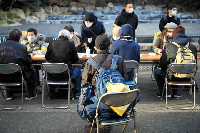 2020年の大みそか、コロナ禍で住まいや仕事を失った人に対する食料配布、生活・医療相談などの緊急相談会が開かれた=2020年12月31日、東京都豊島区、伊藤進之介撮影