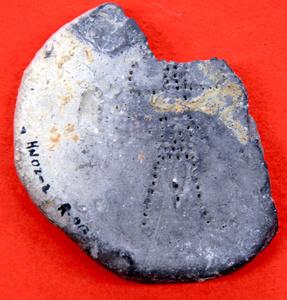 東奈良遺跡から出土した点描で人物を表現した土製品=2021年9月14日、大阪府茨木市、細見卓司撮影
