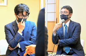第3局に勝った一力遼挑戦者(右)と敗れた井山裕太名人=2021年9月16日、愛知県田原市、迫和義撮影