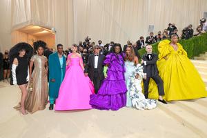 ヴァレンティノの服に身を包んだセレブたちと、デザイナーのピエールパオロ・ピッチョーリ(中央)=AFP時事
