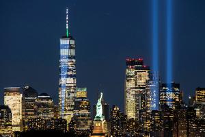 米同時多発テロから20年となるのに合わせ、倒壊したニューヨークの世界貿易センタービル跡地で天空に向かって光線が照射された=ロイター