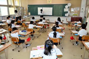 机の間隔を広げ、感染対策をした教室=2020年7月、広島県福山市