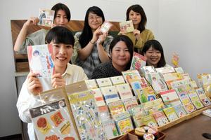 デザイン部門を担うのは、すべて女性社員だ。SNSを駆使して消費者の反応を読み取り、企画から商品化まで約1カ月で仕上げる=2021年9月、岐阜県美濃市