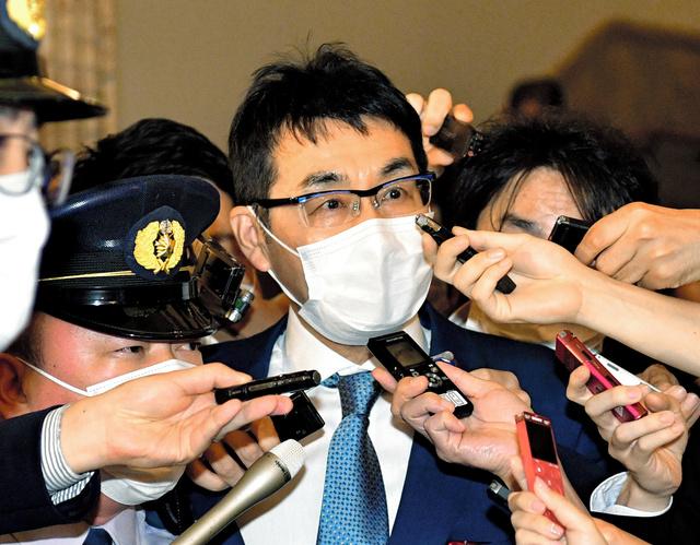 報道陣に囲まれる河井克行元法相=2020年6月17日、恵原弘太郎撮影