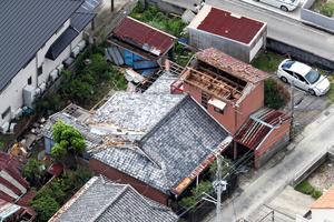 強風で飛ばされたとみられる建物の屋根=2021年9月18日午後1時13分、和歌山県美浜町、朝日放送テレビヘリから、西岡臣撮影