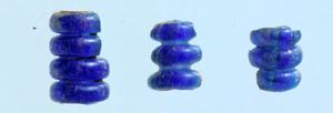 福岡県糸島市の平原遺跡で出土した青い重層ガラス連珠=伊都国歴史博物館提供