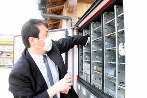 マイ自販機に商品を補充する高橋さん=2021年5月25日午後0時44分、山形県庄内町狩川、鷲田智憲撮影