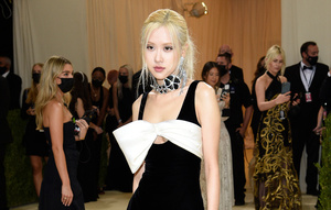 サンローランのミニドレスをまとって登場したブラックピンクのロゼ=AP