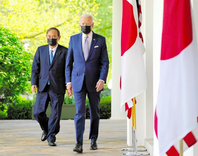 日米首脳会談後の共同会見に臨む菅義偉首相(左)とバイデン大統領=2021年4月16日、ワシントンのホワイトハウス