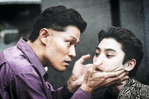 ヤクザの組長上林(ソンホ)は、組員の近田(ソン)を同胞のよしみで信頼するが――。貧しい生い立ちの二人の絆と決裂を、鈴木亮平(左)と村上虹郎が全身全霊で演じきった(C)2021「孤狼の血 LEVEL2」製作委員会