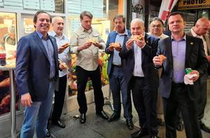 2021年9月19日夜、ブラジル政府の閣僚が公式アカウントからツイッターに投稿した、ピザを手にするボルソナーロ氏(左から3人目)らの写真。「ニューヨークで最高の夕食」とコメントがつけられていた=ツイッターから